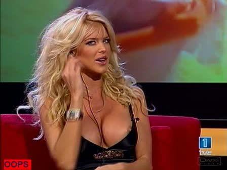 Oops ציצי Victoria Silvstedt